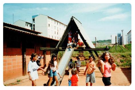 Crianças brincam na Fazenda União da Juta.
