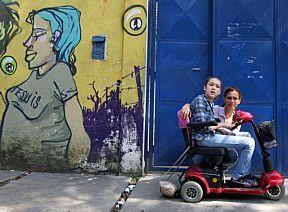 Natasha com a mãe, Martinha, na escola municipal Tenente José Maria Pinto Duarte: matrícula aceita
