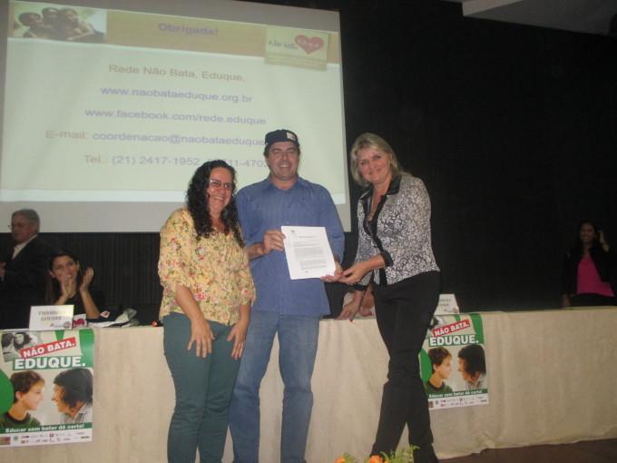 Ana Paula Rodrigues, da Fundação Xuxa Meneghel, entrega carta a prefeito de Forquilhinha, SC