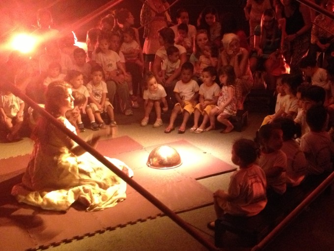 Crianças participam de apresentação da cia. La Casa Incierta